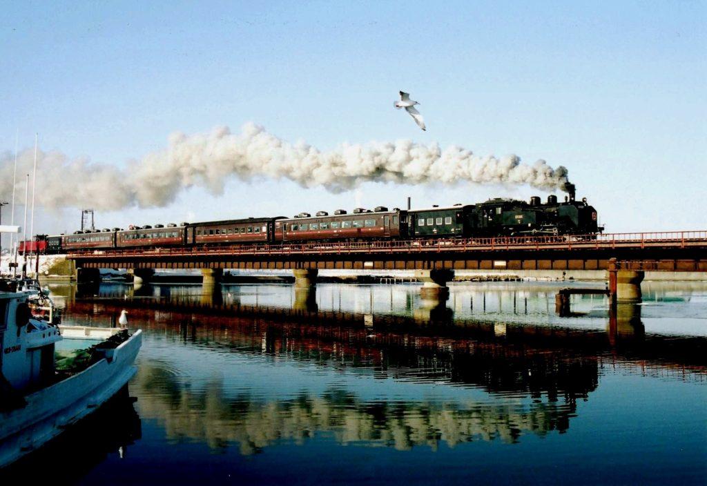 2003年1月 釧路川鉄橋のSLとカモメ
