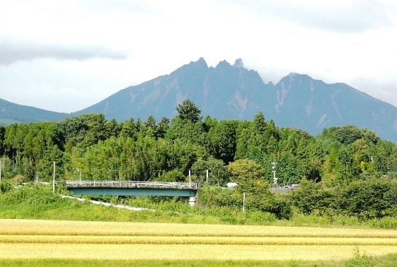13年9月南阿蘇鉄道沿線の風景、ギザギザの根子岳
