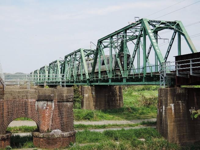 かつては上り列車側にも鉄道橋があった