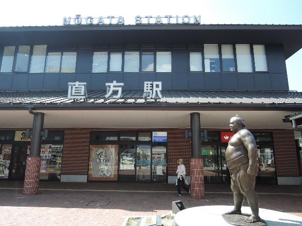 15年9月直方駅前の関取、魁皇像