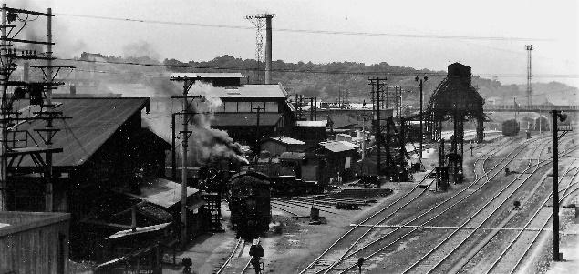 73年ごろの直方機関区、今は電車区