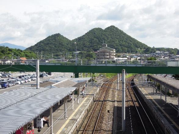 12年8月飯塚駅から見た旧忠隈炭鉱のボタ山