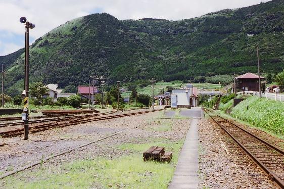 99年立野駅全景、背景の山が阿蘇の外輪山