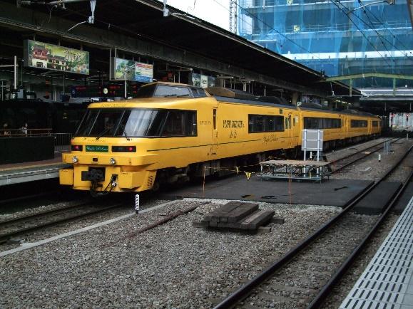 09年博多駅の由布デラックス号、黄色に驚く