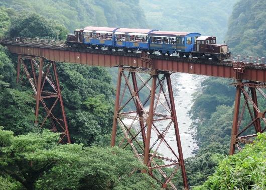 13年9月白川第一橋梁を行くトロッコ列車